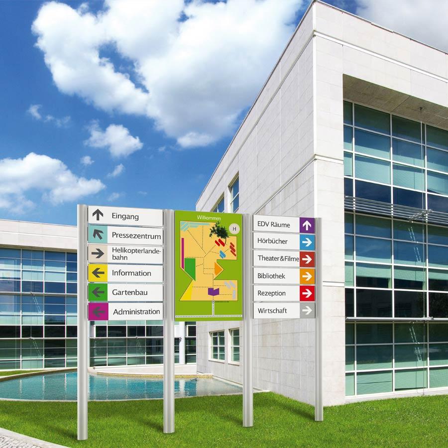 Beispiel für ein Schildersystem außerhalb des Gebäudes, Wegeleitsystem von RETE
