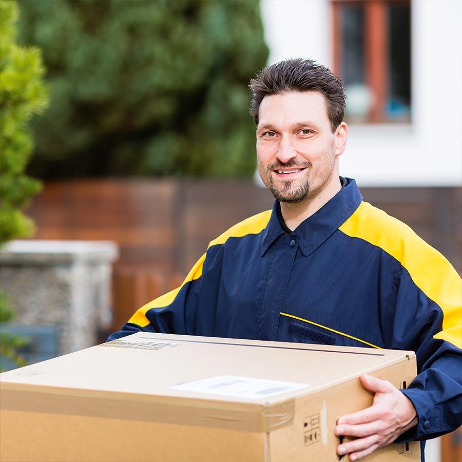 Mann mit Paket Service rund um Logistik