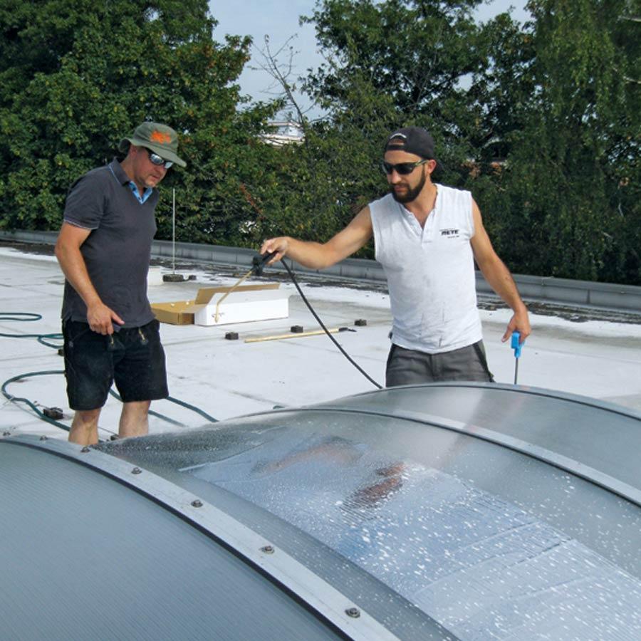 Mitarbeiter bringen Sonnenschutzfolie an