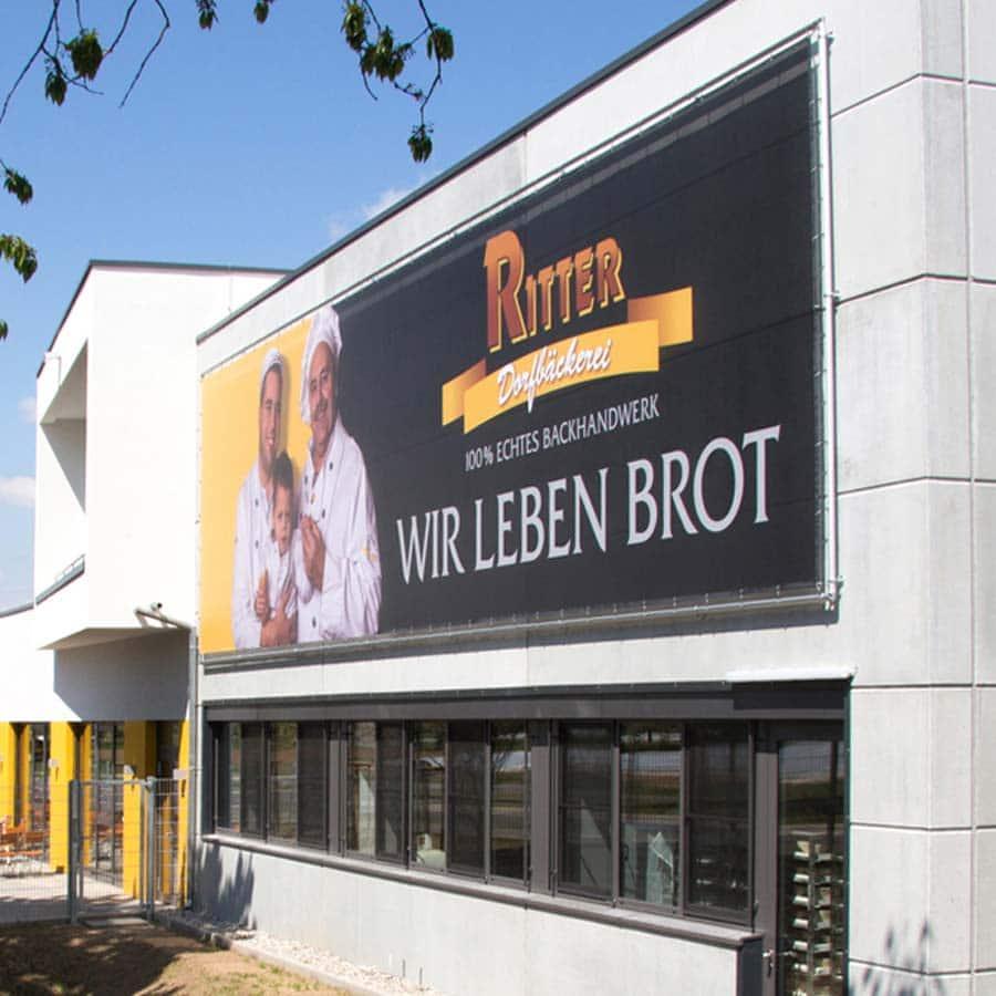 Banner im XXL Druck Fassadenwerbung am Beispiel der Dorfbäckerei Ritter in Vörstetten bei Freiburg